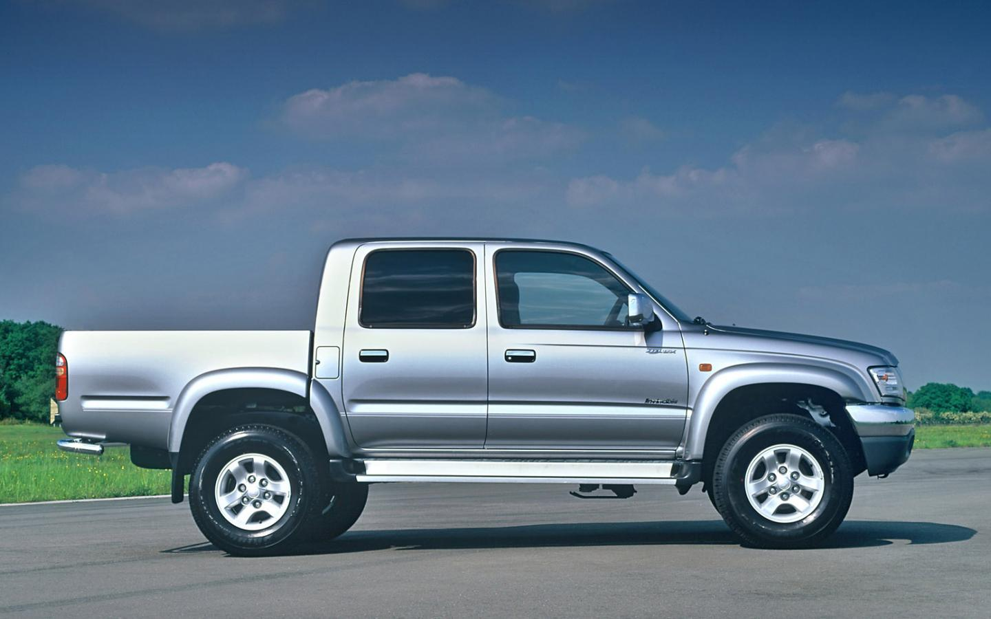 2004 toyota hilux invincible picture 2 of 3